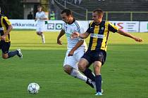 Karvinští fotbalisté (v bílém) zdolali doma Opavu 4:1 a pokračují pohárem dál.