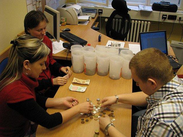 V Karviné v úterý pracovníci Charity a magistrátu počítali, kolik se vybralo při letošní Tříkralové sbírce