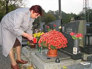 Prodejci věnců, svíček a květin se v těchto dnech nezastaví.