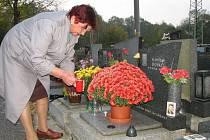 Růžena Boháčová upravuje hrob svého muže.