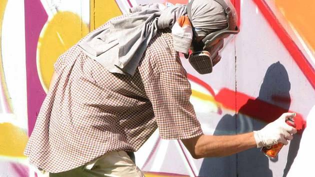 Účastníci této akce tradičně malovali na oplocení letního kina pestré obrazce.