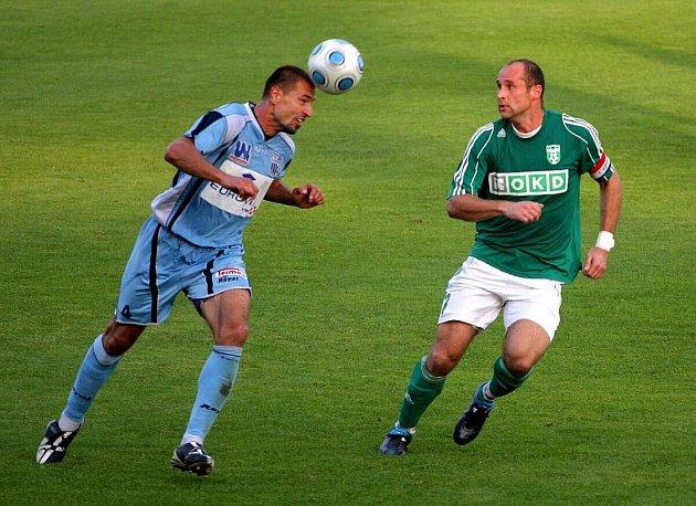 Karvinští fotbalisté (v zeleném) jsou prvním týmem II. ligy, který porazil Ústí nad Labem.