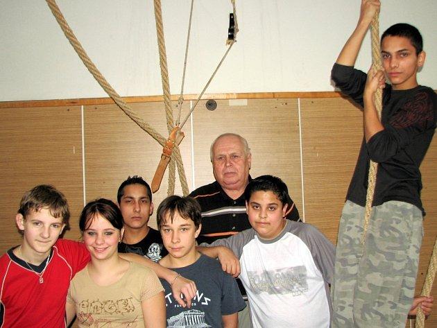 Učitel Josef Golat v tělocvičně se svými žáky