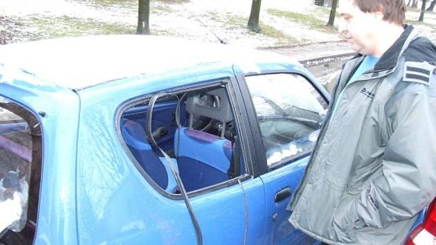 Motorista stojí u poškozeného automobilu
