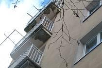 Pohled na balkony domu číslo 438 ve Školské ulici mluví za vše.