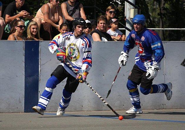 Hokejbalisté Karviné (v bílém) zahájili sezonu utkáním s Pardubicemi.