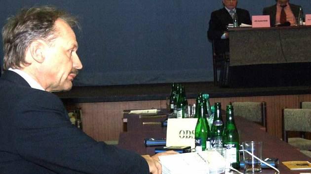 Po odchodu svých stranických kolegů zůstal u stolu ODS Petr Podstavka zcela sám.