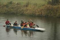 Vodáci z Karviné zamykají Olši - tradiční obrázek na závěr sezony.