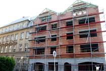 Nový dům s byty roste na náměstí Svobody jako z vody. První nájemníky by měl přivítat v létě.