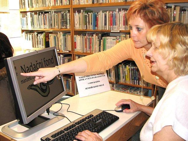 Senioři mají k dispozici svůj počítač.