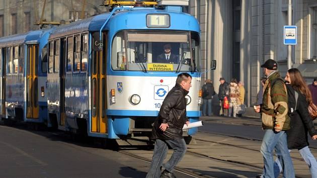 Řidiči tramvají kolikrát nemohou na chodce včas reagovat.