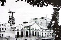 Pohled na původní budovy Dukly. Vlevo těžní věž nad jámou č. 2.