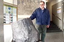 Miroslav Hanus stojí u fosilie ve vestibulu havířovského magistrátu.