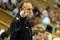 Ven! Nyní již bývalý trenér házenkářů Baníku Jozef Hanták ukazuje směr, kterým se z klubu vydal.