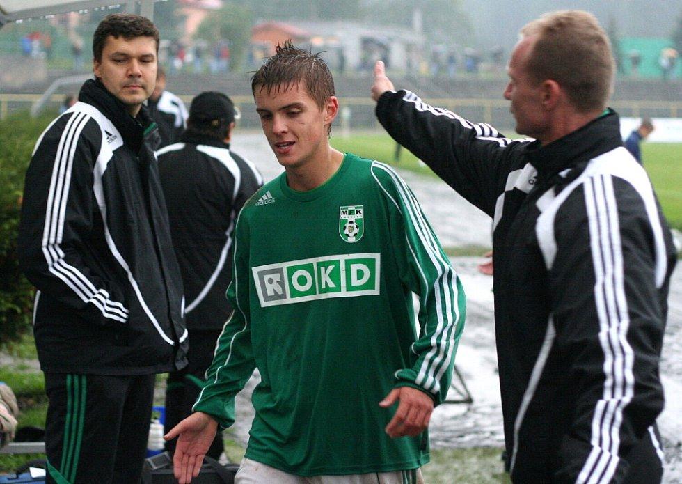 Přátelský štulec od asistenta trenéra Marka Poštulky (vpravo) přijímá za skvělé představení Tomáš Jursa.