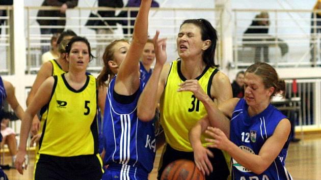 Orlovské basketbalistky (ve žlutém) se v soutěži zatím moc nevyznamenaly.