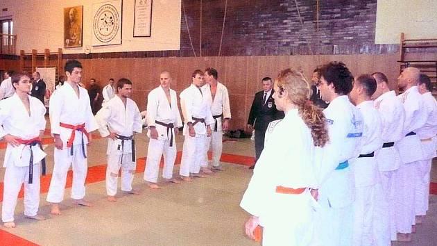 Judisté JC Havířov (vlevo) mohou po úspěchu v přeboru a baráži od příštího ročníku srovnávat pravidelně síly s českou špičkou.