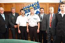 Záslužná činnost báňských záchranářů neunikla ani pozornosti primátora Františka Chobota (vlevo).