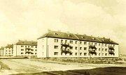 Pohled na hlavní tepnu Havířova s budovou číslo jedna ve druhé polovině padesátých let 20. století.