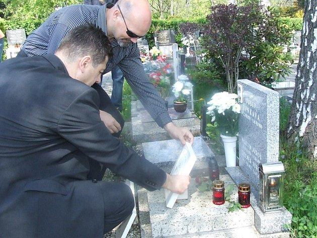 Chorvatští policisté umístili k hrobu Zdeňka Juroše pamětní desku. Na snímku jsou náčelník policie splitsko-dalmatinské županie Ivan Merčep a náčelník policie Omiš Marko Muše.
