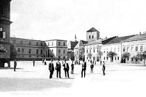 Dobová pohlednice z počátku 20. století zachycuje část fryštátského náměstí. V pozadí farní kostel Povýšení sv. Kříže.