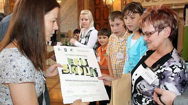 Děti a učitelé ze základních škol přebrali ocenění za to, že se jejich školy věnují environmentální výchově. Na dva roky byl karvinským ZŠ Borovského a Slovenská udělen titul Ekoškola.