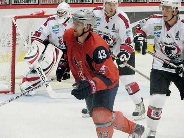 Hokejisté Havířova přivítali v poslední domácí přípravě francouzský Grenoble (v oranžovém).