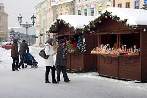 Na vánočních trzích čeká návštěvníky spousta stánků s vánočním zbožím. Archivní snímek