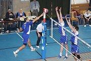 Volejbalisté Havířova (na pravé straně) porazili v rozhodujícím duelu Odolena Vodu a postoupili do čtvrtfinále.