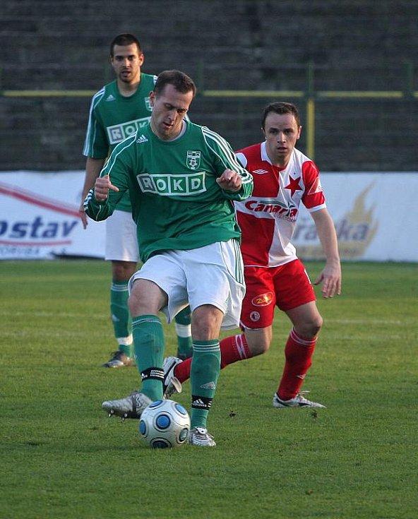 Ján Novák hraje, za ním stojící Zdeněk Šenkeřík jen nevěřícně zírá.