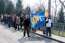 Pochod věřících Stonavou.