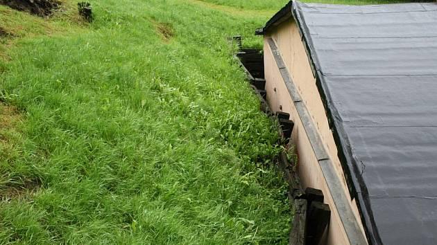 V Orlové městě ohrožuje ujíždějící svah budovu svazu tělesně postižených.