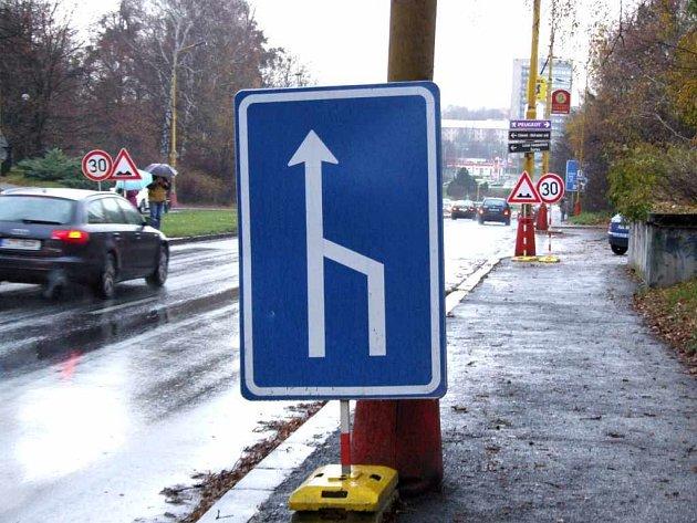 Na cestě se nepracuje, ale značky už několik dnů plně avizují zúžení vozovky.