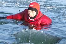 Cvičení hasičů na zamrzlé přehradě