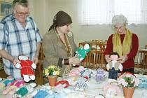 Havířovští penzisti při výrobě panenek pro děti