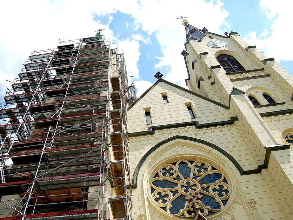 Orlovský kostel halí lešení