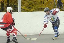 Hokejbalisté Karviné (vpravo Lukáš Zaremba) získali doma jen tři body a o víkendu jedou do Dobřan ke klíčovému utkání sezony.
