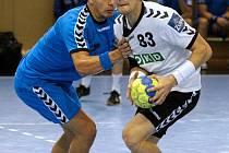 Ondřej Zdráhala (v bílém) se už může těšit na evropský šampionát v Rakousku. Ale co ostatní hráči Karviné?