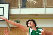 Basketbaloví junioři Sokola (v zeleném Petr Sodomka) extraligu hrát nebudou.