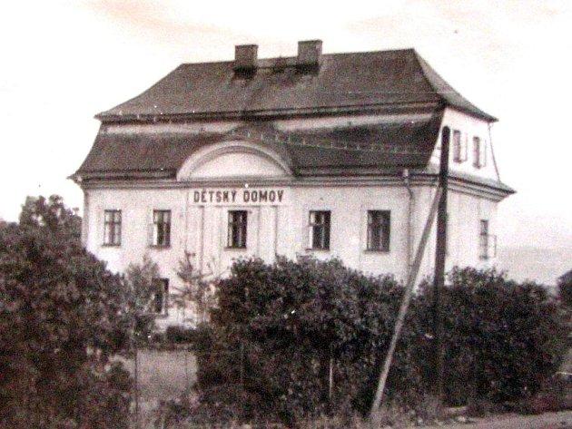 Prvním sídlem Dětského domova byl bývalý Larischův zámek z konce 19. století.