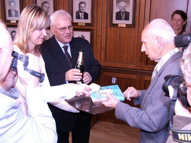 Radim Prokop (vpravo) pokřtil své dílo společně s primátorem Havířova Františkem Chobotem.