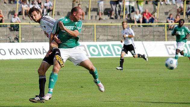 Martin Opic (v zeleném) se proti Hradci Králové střelecky neprosadil, ovšem proti Mostu i nyní v pohárovém  utkání v Olomouci už ano. Dokáže to i proti Hlučínu?