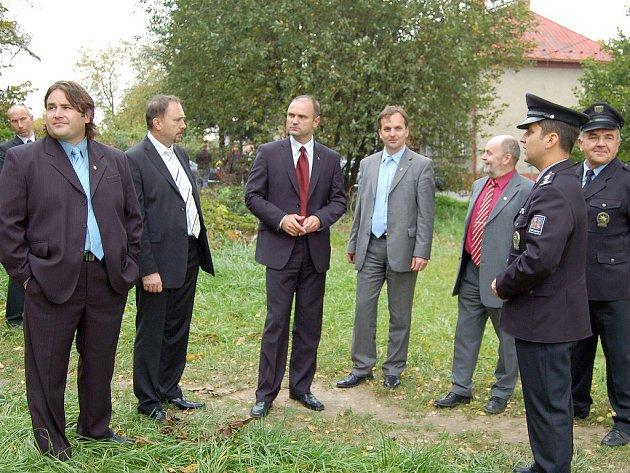 Místo, kde má stát nová policejní služebna, si prohlédl i ministr Langer (druhý zleva).