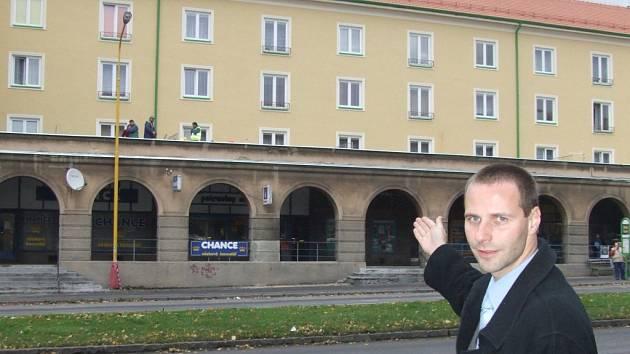 Mluvčí společnosti RPG Petr Handl ukazuje nově opravené domy na Hlavní třídě. Tvrdí, že se ani po prvním květnu 2009 nemusejí nájemníci bytů patřících společnosti RPG ničeho obávat.