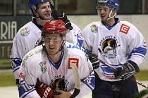 Orlovští hokejisté se radují. Splnili povinnost a ve čtvrtfinále play off krajské ligy vyřadili Bohumín.
