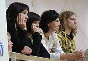 Basketbalistky, které nemohly do hry zasáhnout kvůli nemoci či zranění, fandily svým spoluhráčkám aspoň z hlediště. Zleva Soňa Šimková, Petra Horáková a Kamila Veselá.