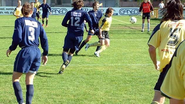 Fotbalisty MFK Havířov (modré dresy) stále trápí početná marodka. Přesto dokázali odehrát v Městě Albrechticích vyrovnaný zápas, ale na bod nedosáhli.