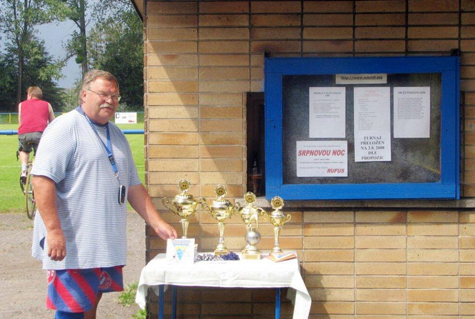 Jeden z pořadatelů pan Mrázek ukazuje poháry pro zúčastněná mužstva. Ten největší získali domácí.