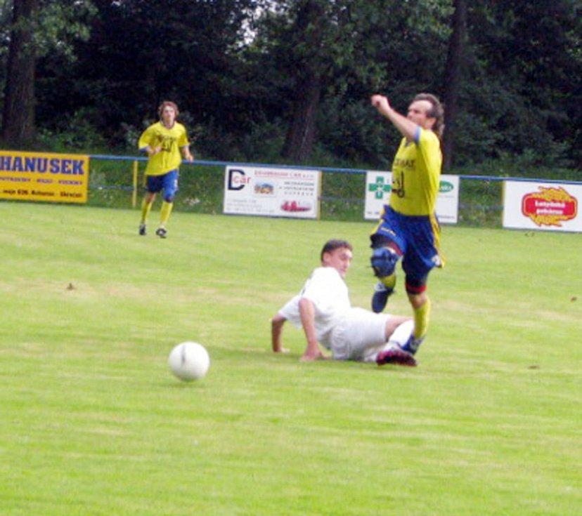 Domácí fotbalisté (ve žlutém) porazili jak bohumínské Záblatí (na snímku), tak i ve finále Petrovice.