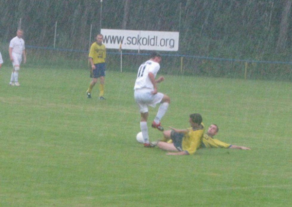 V průběhu zápasu Dolní Lutyně - Záblatí hustě pršelo.